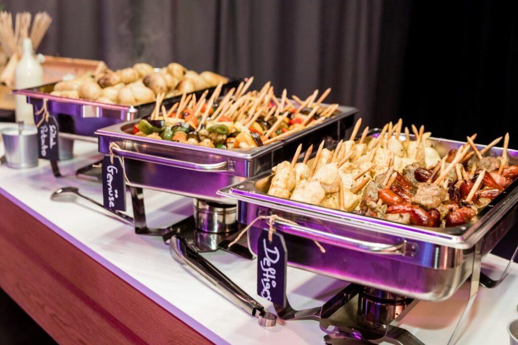 Grillbuffet mit Fleischspiessen, Gemüsespiesse und Grilled Potato