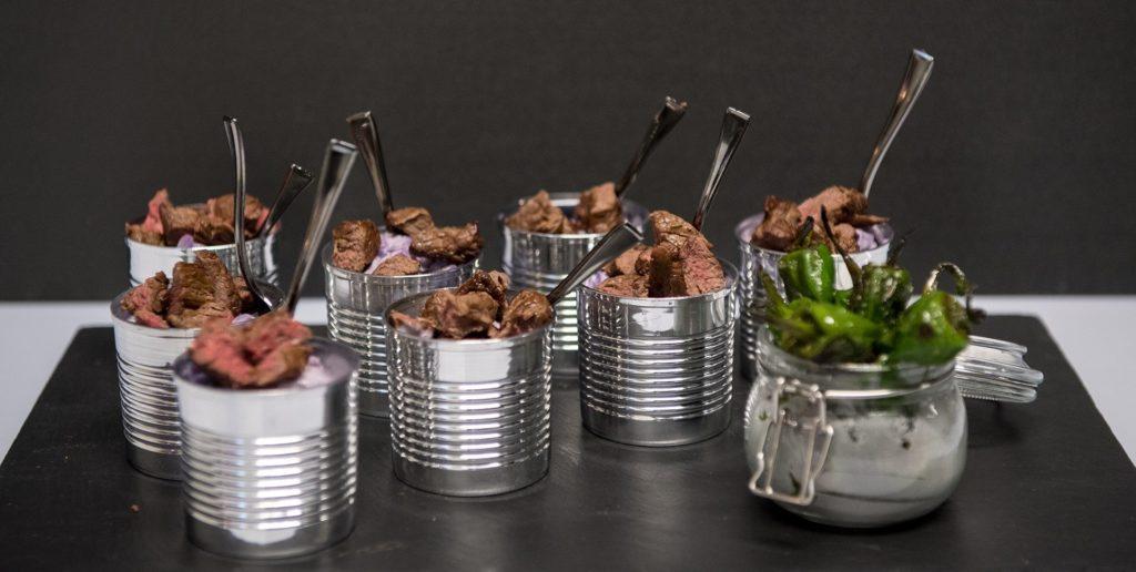 Blauerkartoffelsalat mit grillierten Rind in der Blechdose, kreatives Flying Dinner