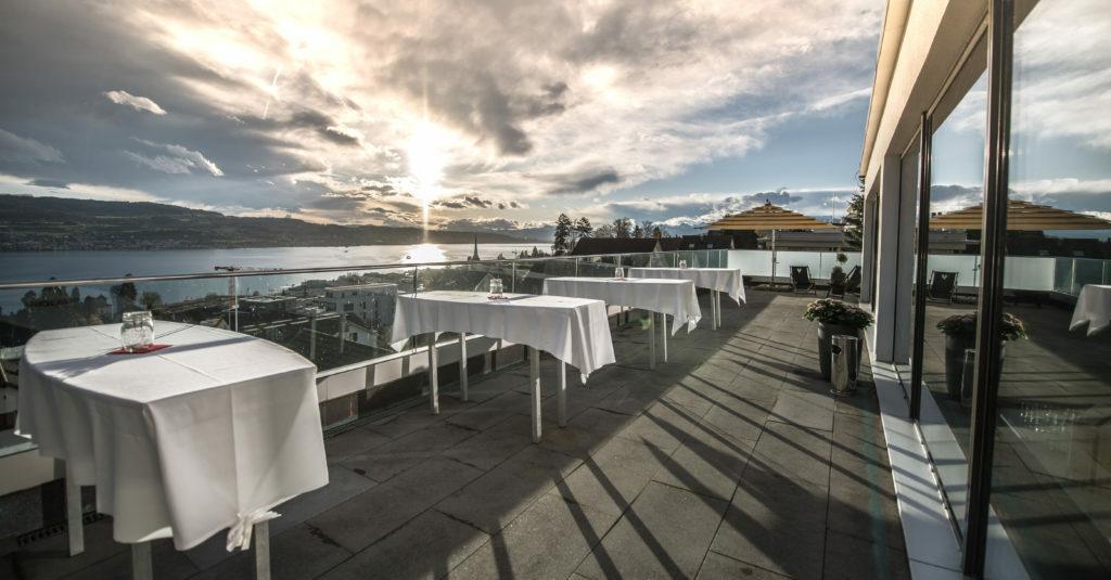 Seeterrasse im NIVAULAC in Horgen, atemberaubende Sicht auf den Zürichsee und die schweizer Alpen